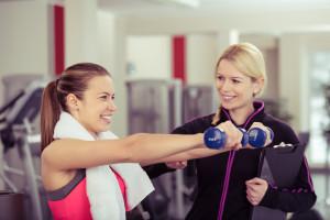 trainerin berät eine kundin im sportclub